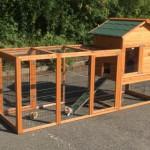 Groot houten konijnenhok met ren