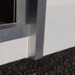 Hondenhok Loebas is voorzien van aluminium anti-bijtstrips langs de ingang