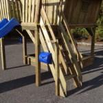 Speelhuis voorzien van luxe houten trap met leuningen.