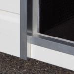 De opening van hondenhok Turbo is keurig afgewerkt met aluminium profiel