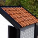 Hondenhok Turbo Wit/Zwart geïsoleerd met oranje dakpannen