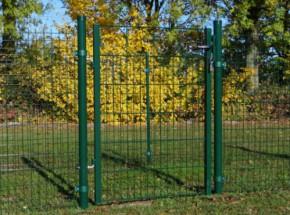 Groene poort voor omheining op een zachte ondergrond