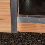 De aluminium afwerking en het douglas hout, maken hondenhok Reno tot een unieke schoonheid
