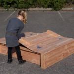 Omdat het deksel aan de zijkanten wat oversteekt hoef je niet met je vingers tussen het hout om de zandbak te openen en te sluiten.