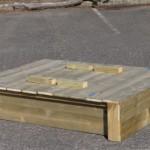 Fraai design met terugspringende zijkanten en hoekpalen van 9x9 cm.