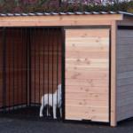 Hondenkennel hout met zwarte kennelpanelen