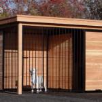 Luxe hondenkennel met houten wanden en zwarte kennelpanelen