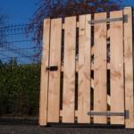Douglashouten poort met zwart beslag