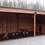 Hondenkennel hout voor meerdere honden bij elkaar