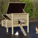 Handig kippenhok waarvan de daken open kunnen