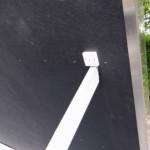 Hondenhok Dogsy Medium biedt steun aan het openstaand dak
