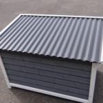 Een kijkje op het kunststof dak van hondenhok Dogsy Medium