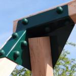 Stalen hoekstuk schuin met groene doppen afgewerkt
