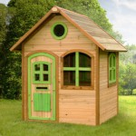 Houten speelhuis voor in de tuin