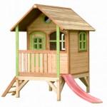Speelhuisje met glijbaan voor in de tuin