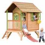 Houten speelhuisje met glijbaan en veranda