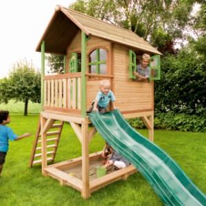 Groot houten speelhuis voor in de tuin