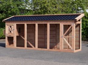 Groot kippenhok van Douglashout met dakpannen dak
