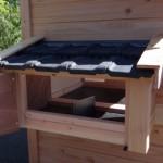 Kippen-legnest met deurtje om eitjes te rapen