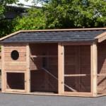 Kippenhok gemaakt van Douglashout en dakpannen op het dak