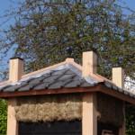 Hooiberg met dakpannen op het dak