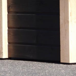 Voorzien van kunststof voetjes onder aan de palen