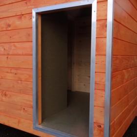 Opening van hondenhok Base Small met aluminium omranding