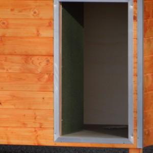 Opening geïsoleerd hondenhok Base
