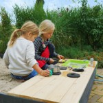 Heerlijk zandkoekjes bakken in de houten zandbak met keuken
