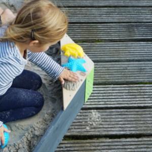 Heerlijk samen in het zand spelen in de houten zandbak EXIT Aksent Zeshoekig Medium