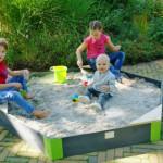 Heerlijk zandkastelen bouwen in de grote houten zandbak EXIT Aksent zeshoekig Large