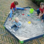 Heerlijk spelen in de grote houten zandbak EXIT Aksent zeshoekig Large