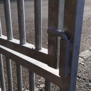 Puppypaneel verzinkt 100x95cm, detail van deurscharnier
