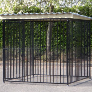 Hondenkennel FLINQ Zwart met dak Extra - vuren hout 2x2m