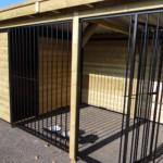 Hondenkennel FORZ zwart met houtkader, geïsoleerd nachthok en Luxe daksysteem