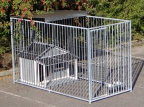 Hondenkennel Flinq met half dak en hondenhok en voederstel