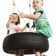 Autobandschommel horizontaal heeft gegarandeerd schommelsucces: zwaaien, zwieren en schommelen op een autoband.