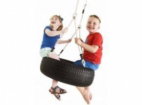 Schommelen op een bandenschommel: de autobandschommel horizontaal