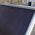 Het betonplex dak van Hondenhok Wolf is netjes afgewerkt met aluminium profiel