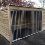 Hondenkennel met stalen frames in houtkader 2x4 meter