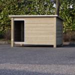 Hondenhok Loebas van geïmpregneerd hout, dak en ingang zijn afgezet met aluminium randen
