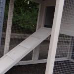 'n Kijkje in de konijnenren met loopplank van konijnenhok Advance wit-grijs.