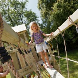 Loopbrug van hout en touw, uitdaging tussen de speeltoestellen