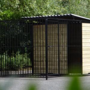 Zwarte hondenkennel Fix 2x3 met half dak