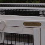 Lief detail van konijnenren Multirun White, met label van GrootPlezier.