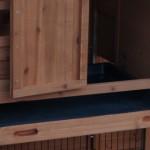 Konijnenhok Holiday Medium Red met kunststof schuiflade, waardoor dit konijnenhok makkelijk is schoon te maken.