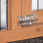 Praktisch detail: konijnenhok Holiday Medium Red heeft dubbele sloten op de deuren.