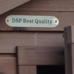 Konijnenhok Holiday Medium Red, een hok met een label: DSP best quality.