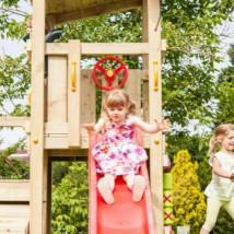 Speeltoren voor in de tuin: Cascade Laag, een houten speeltoren met glijbaan.