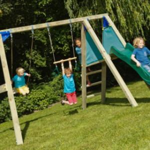 Speeltoestel Blue Rabbit met glijbaan en schommel, heerlijk houten buitenspeelgoed.